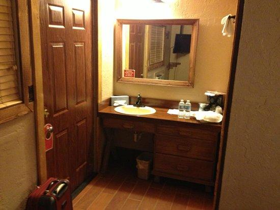 Grand Canyon Inn & Motel : Washbasin in room