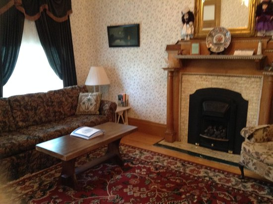 Governor's Mansion Guest Suites : Parlor with original Victorian fireplace