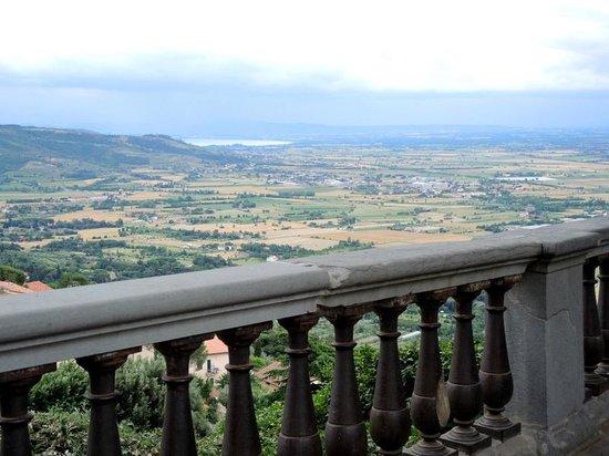 Agriturismo Il Belvedere: in de verte het meer van Trasimeno ( vanaf Cortona)