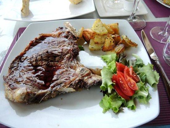 Agriturismo Il Belvedere: dé specialiteit : bistecca fiorentino ! T-bone van 450 gram!