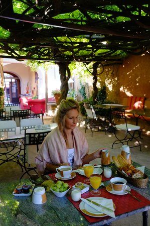 Le Clos de la Glycine: Breakfast area