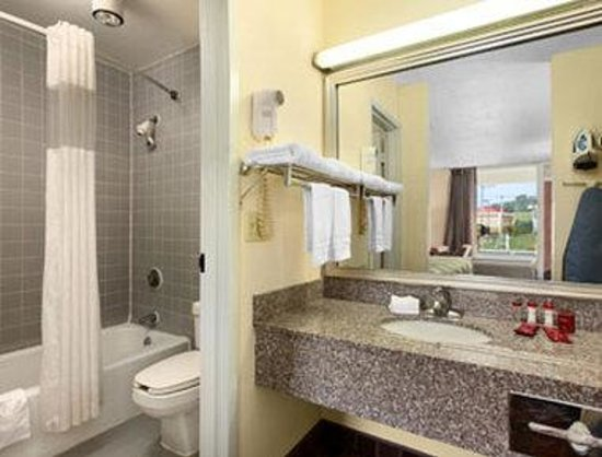 Ramada Wytheville: Bathroom