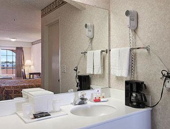 Ramada Ontario: Bathroom
