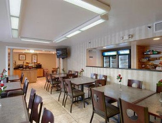 Ramada Orlando Near Convention Center: Breakfast Area or Restaurant