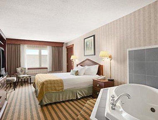 Ramada Saginaw Hotel & Suites : Jacuzzi Suite