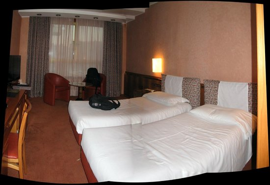 Michelangelo Hotel: Large, modern room
