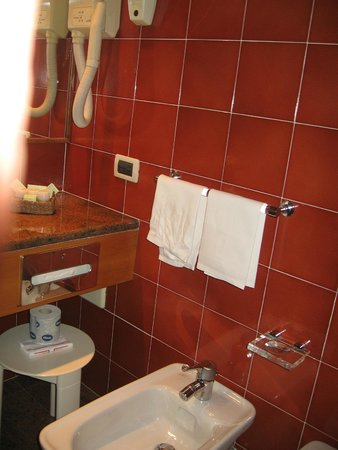 Michelangelo Hotel: Bathroom has hairdryer, bidet