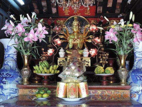 One Pillar Pagoda: Small shrine devoted to the Boddhisatva of Mercy