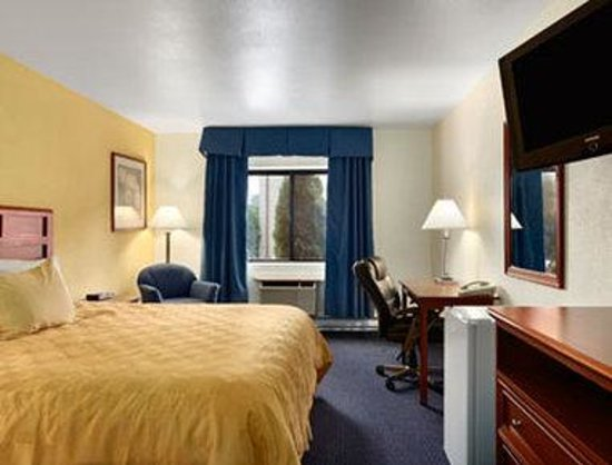 Baymont Inn & Suites Waukesha: Standard King Bed Room.