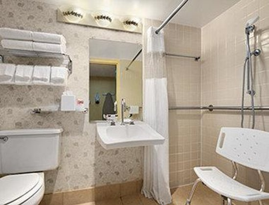 Ramada Virginia Beach Oceanfront: ADA Bathroom