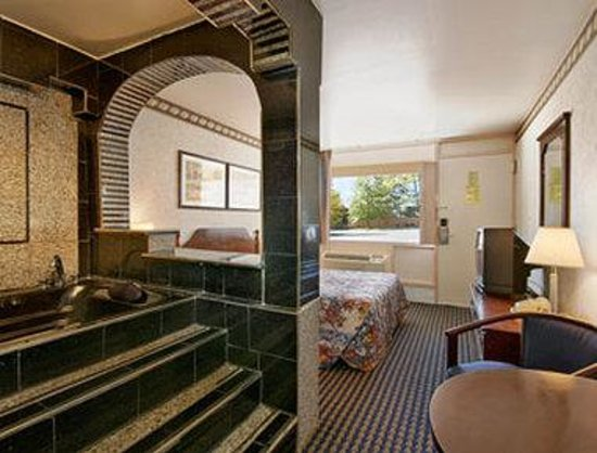 Ramada Baltimore West: Jacuzzi Suite
