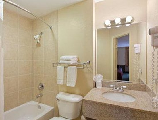 Travelodge Fort Myers: Bathroom