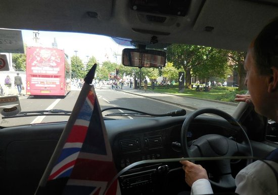 London Black Taxi Tours : Looking Out From Backseat as Mr. Churchill Tells Us About London