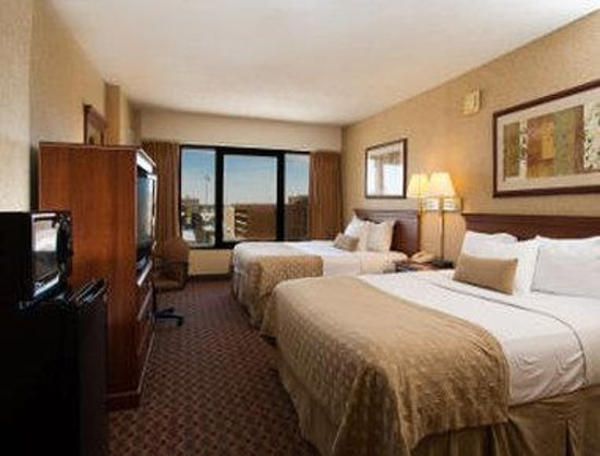 Ramada Topeka Downtown Hotel and Convention Center: Standard Double Queen Bed Room