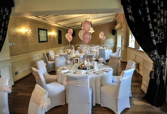 The Old Lodge: Beautifully decorated dining room