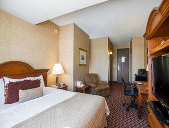 Ramada Topeka Downtown Hotel and Convention Center: Standard Single King Bed Room