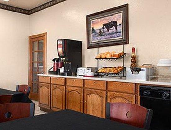 Ramada Glendale: Breakfast Area