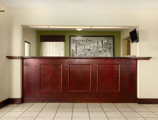 Super 8 Monroe: Front Desk