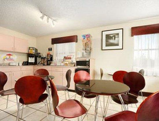 Super 8 Monroe: Breakfast Area