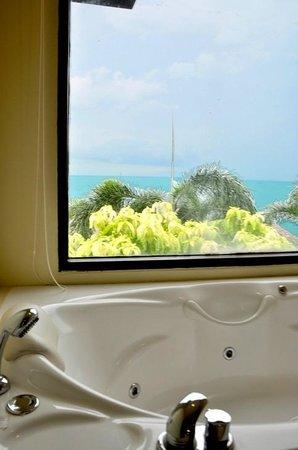 Vikasa Yoga Retreat: Jacuzzi in Cliff View Bathroom