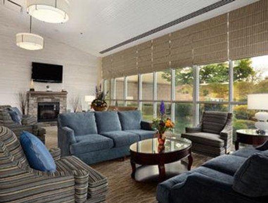 Ramada Plaza Geneva Lakefront Resort: Lobby