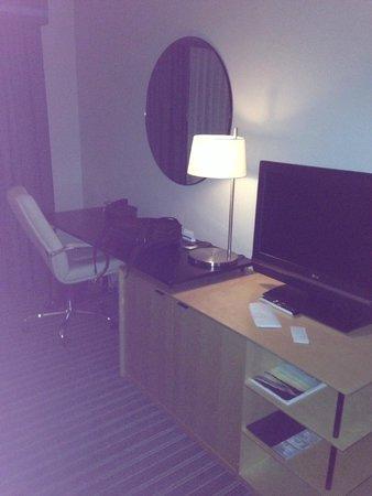Hyatt Regency Paris Charles de Gaulle : TV и рабочая зона