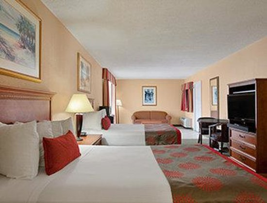 Ramada Hollywood Downtown: Two Double Bed Mini Suite