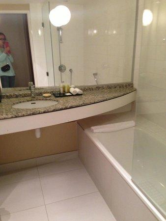 Hyatt Regency Paris Charles de Gaulle: Ванная с очень хорошей косметикой