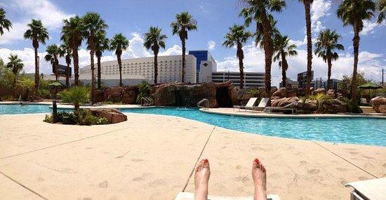 Embassy Suites by Hilton Las Vegas: Enjoying the pool