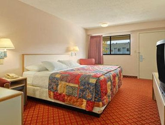 Days Inn Overland Park : Standard One King Bed Room
