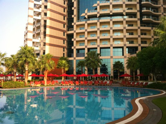 Khalidiya Palace Rayhaan by Rotana: Pool area