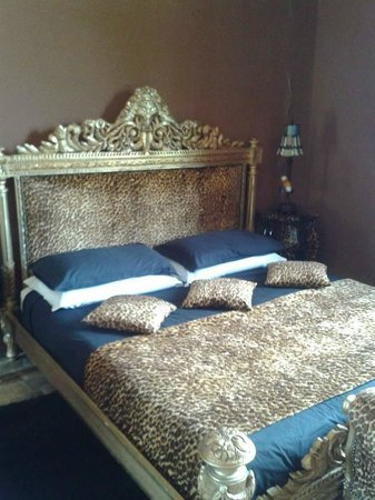 Villa Barocco: Our HUGE bed