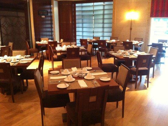 Khalidiya Palace Rayhaan by Rotana: Horizon Restaurant
