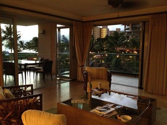 Honua Kai Resort & Spa: Living Area with Windows Open