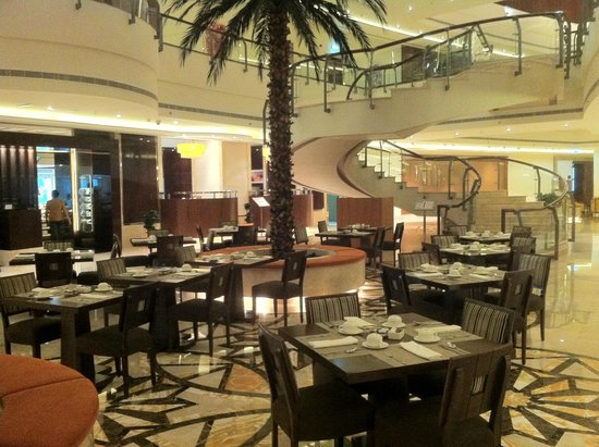 Khalidiya Palace Rayhaan by Rotana: Restaurant in the Atrium area
