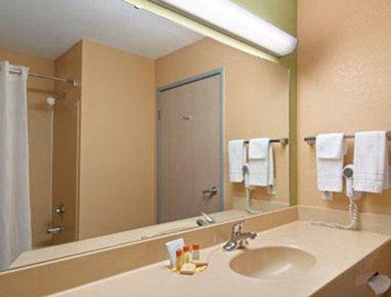 Days Inn And Suites Corpus Christi Central: Bathroom