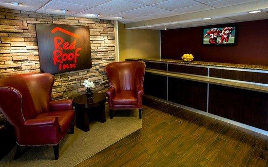 Red Roof PLUS+ Boston - Woburn: Woburn MACheap Hotel Lobby