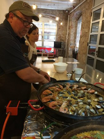 Cook and Taste Barcelona Cooking Classes: The paella teama