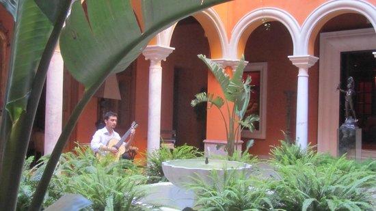 Boutique Hotel Casa del Poeta : В центральном дворике стоят столики и звучит гитара