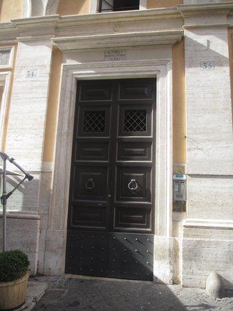 Rooms in Navona : The imposing front door