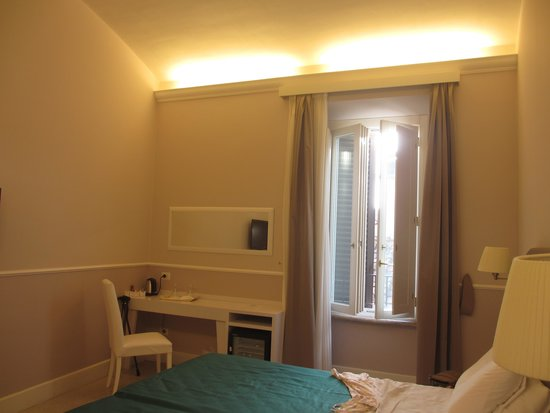 Rooms in Navona : Pretty shuttered window in our room
