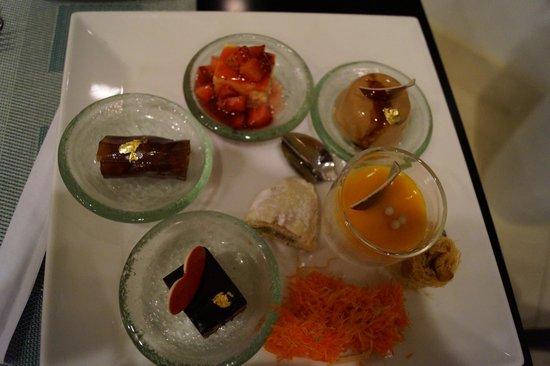 Bahi Ajman Palace Hotel: десерты очень красивые