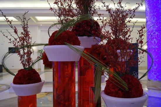 The Ajman Palace Hotel: цветы у входа
