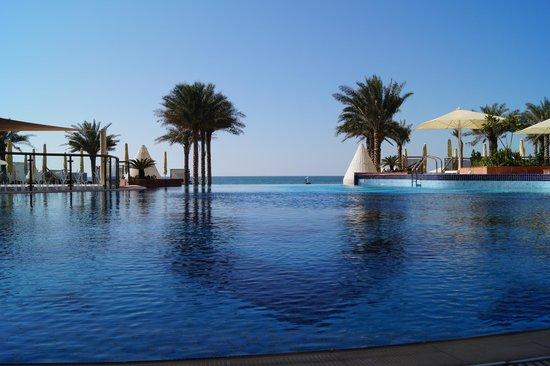 Bahi Ajman Palace Hotel: басейн