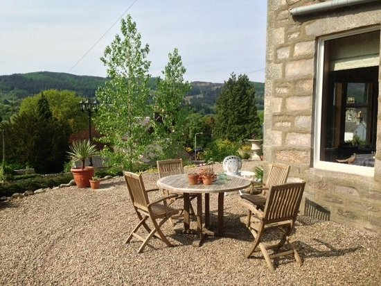 Poplars Guest House: Outdoor table with a great view of the countryside.