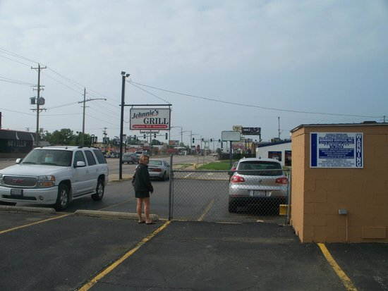 Johnnie's Grill: sign & parking lot