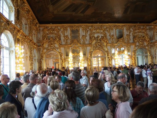 Tsarskoye Selo State Museum Preserve: Crowd in the main palace