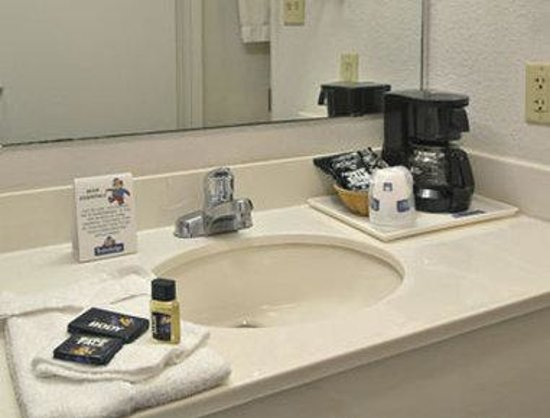 Travelodge Suites MacClenny : Restroom