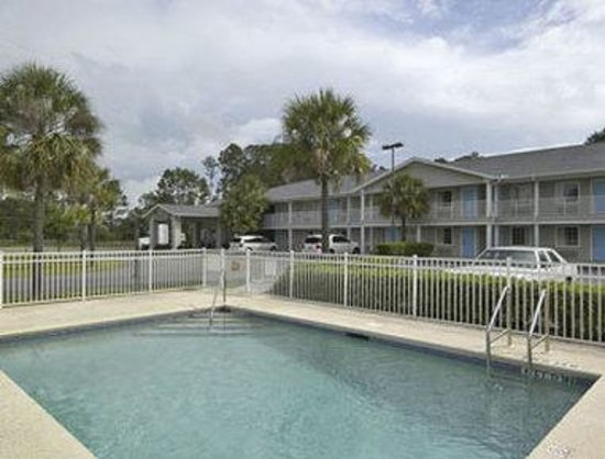 Travelodge Suites MacClenny : Pool