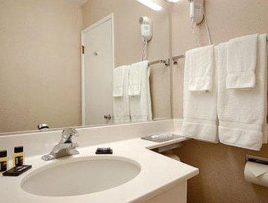 La Grande Travelodge: Bathroom